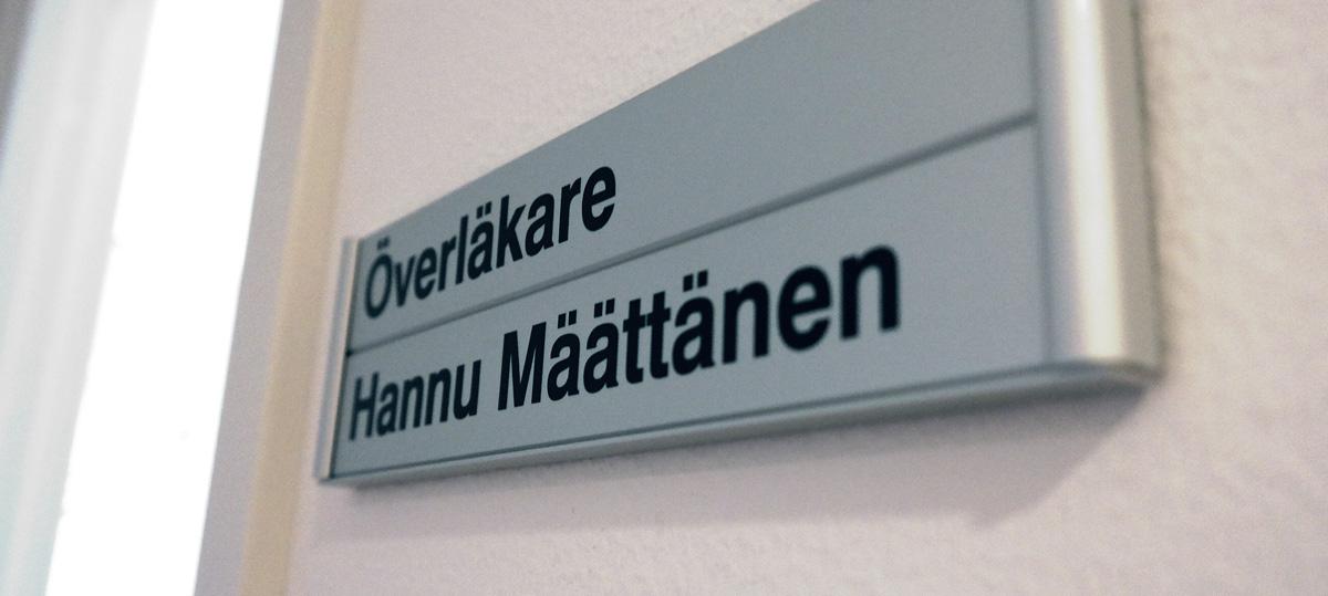 foto av namnskylt till dr Hannu Määtänens mottagningsrum