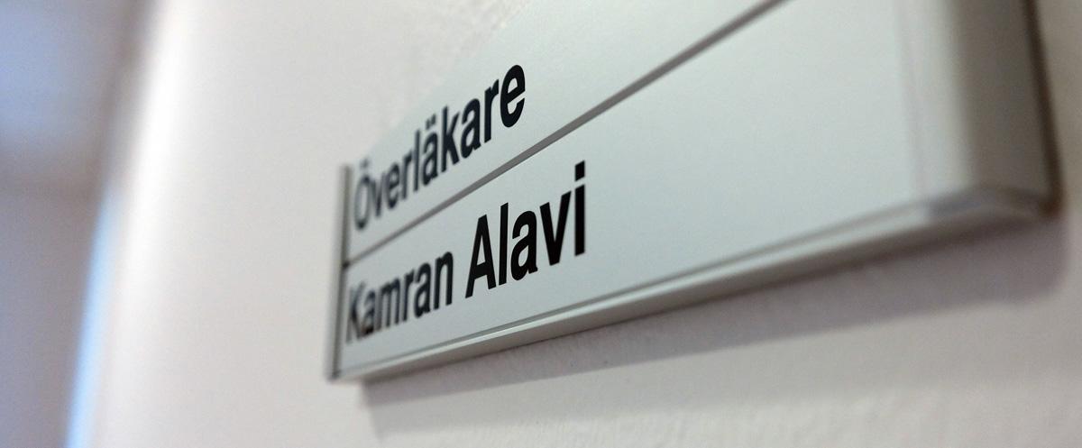 foto av namnskylt till dr Kamran Alavis mottagningsrum